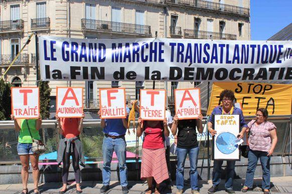 IMG 17 05 14 Montpellier banderole et panneaux 2