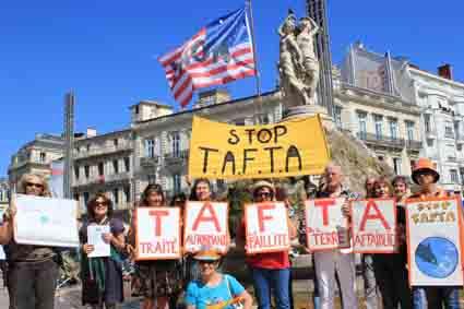 IMG 17 05 14 Montpellier devant la statue des 3 Graces